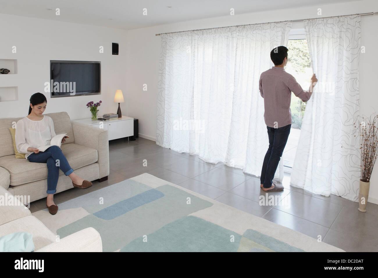 Mann und Frau im Wohnzimmer entspannen Stockbild