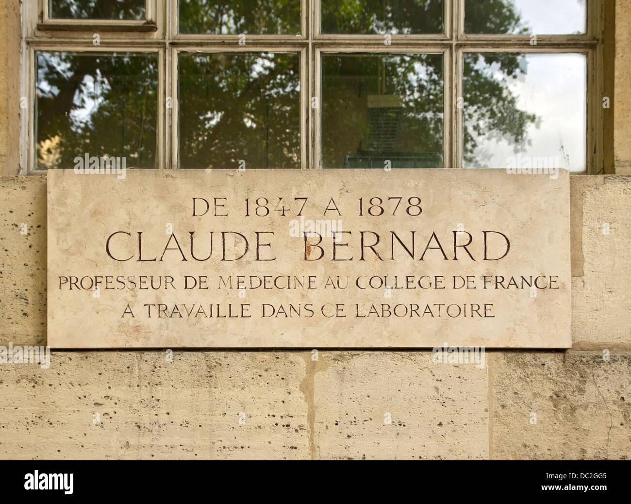 Gedenktafel in Hommage an Claude Bernard, am Collège de France in Paris, Frankreich. Stockbild