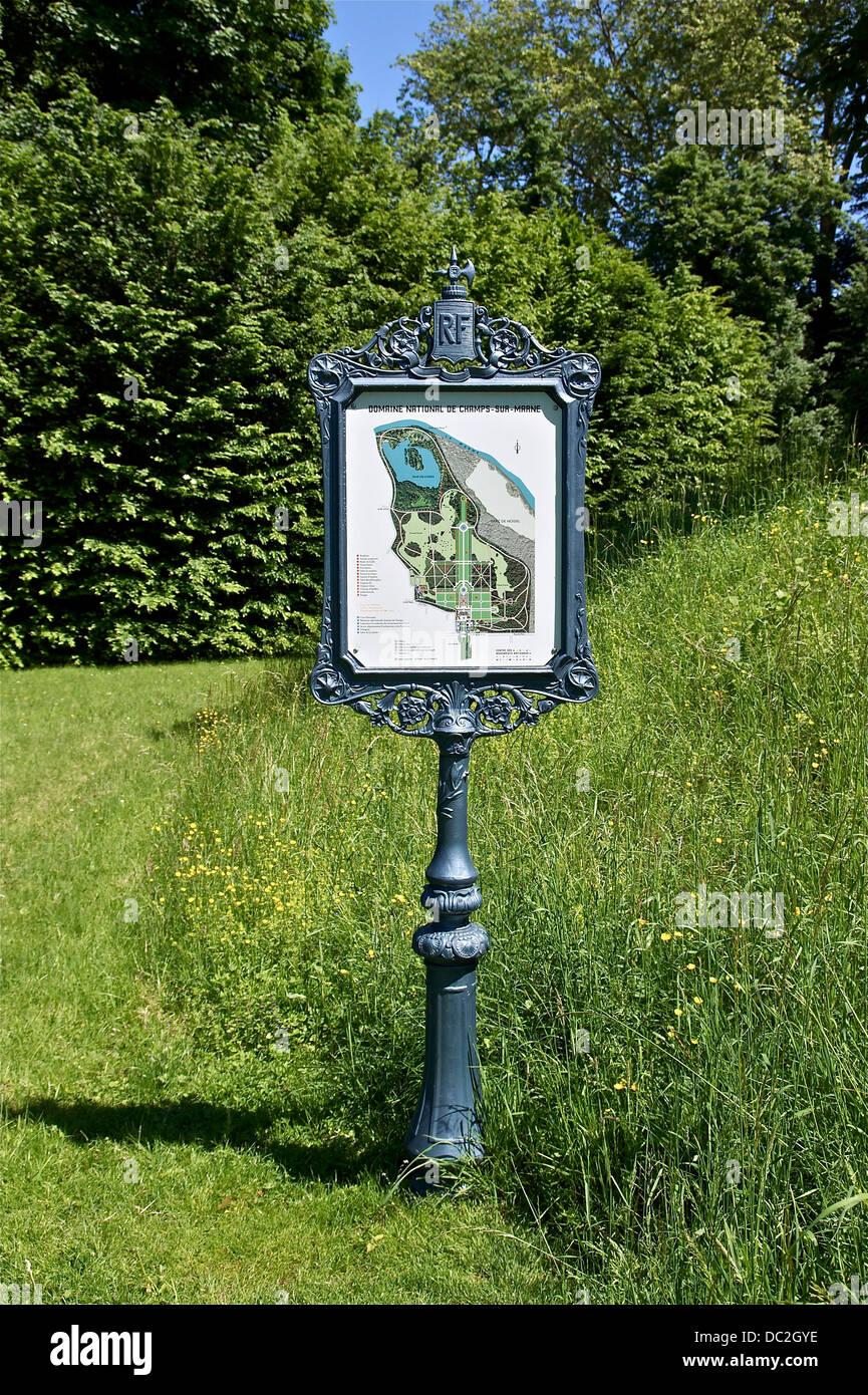 Ein Parkschild mit in die Domäne der Park von Champs-Sur-Marne, Seine-et-Marne, Frankreich. Stockbild