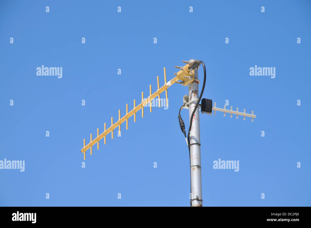 Funkantenne auf blauen Himmelshintergrund Stockfoto