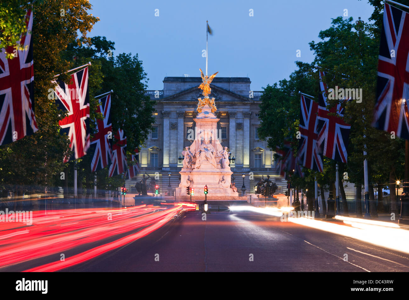Die Mall in der Nacht mit Victoria Denkmal und Buckingham Palace London UK Stockbild