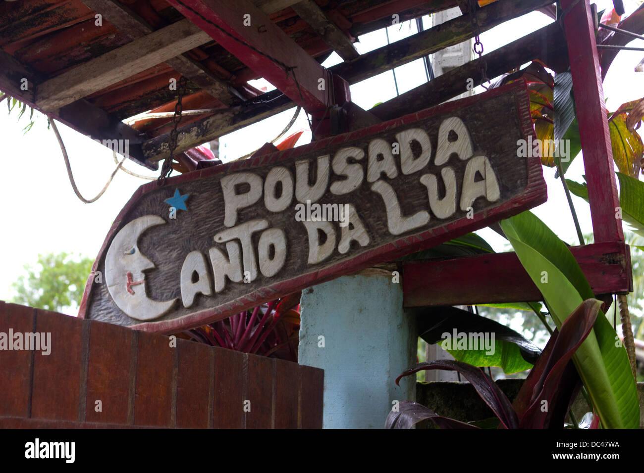 """Ein Zeichen für eine Pousada oder Brasilianer Guesthouse """"Canto Da Lua"""" im Urlaub Stadt Trindade, Stockbild"""