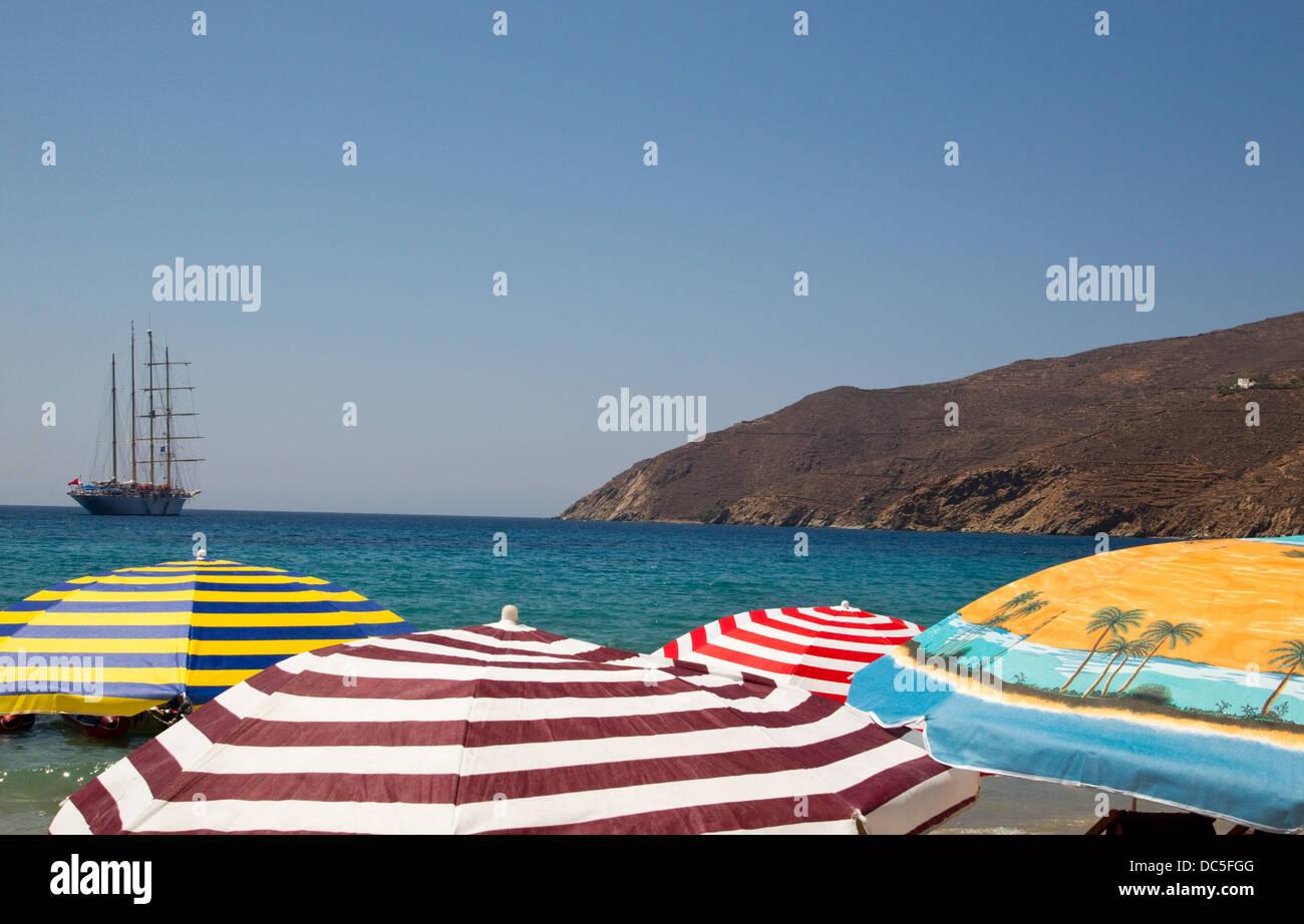 Bunte Sonnenschirme am griechischen Strand Stockbild