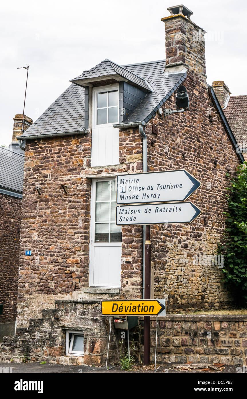 Ein kleines Haus mit Verkehr anmeldet außerhalb Clécy (im Nordwesten der Calvados Abteilung der Normandie, Stockbild