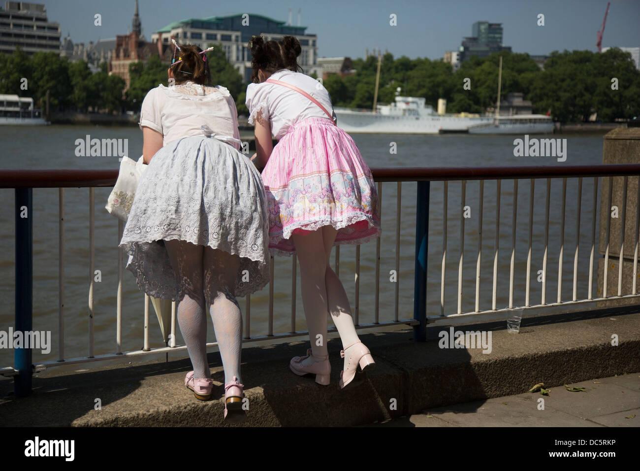 zwei mädchen kleider tragen lolita schlanke über die