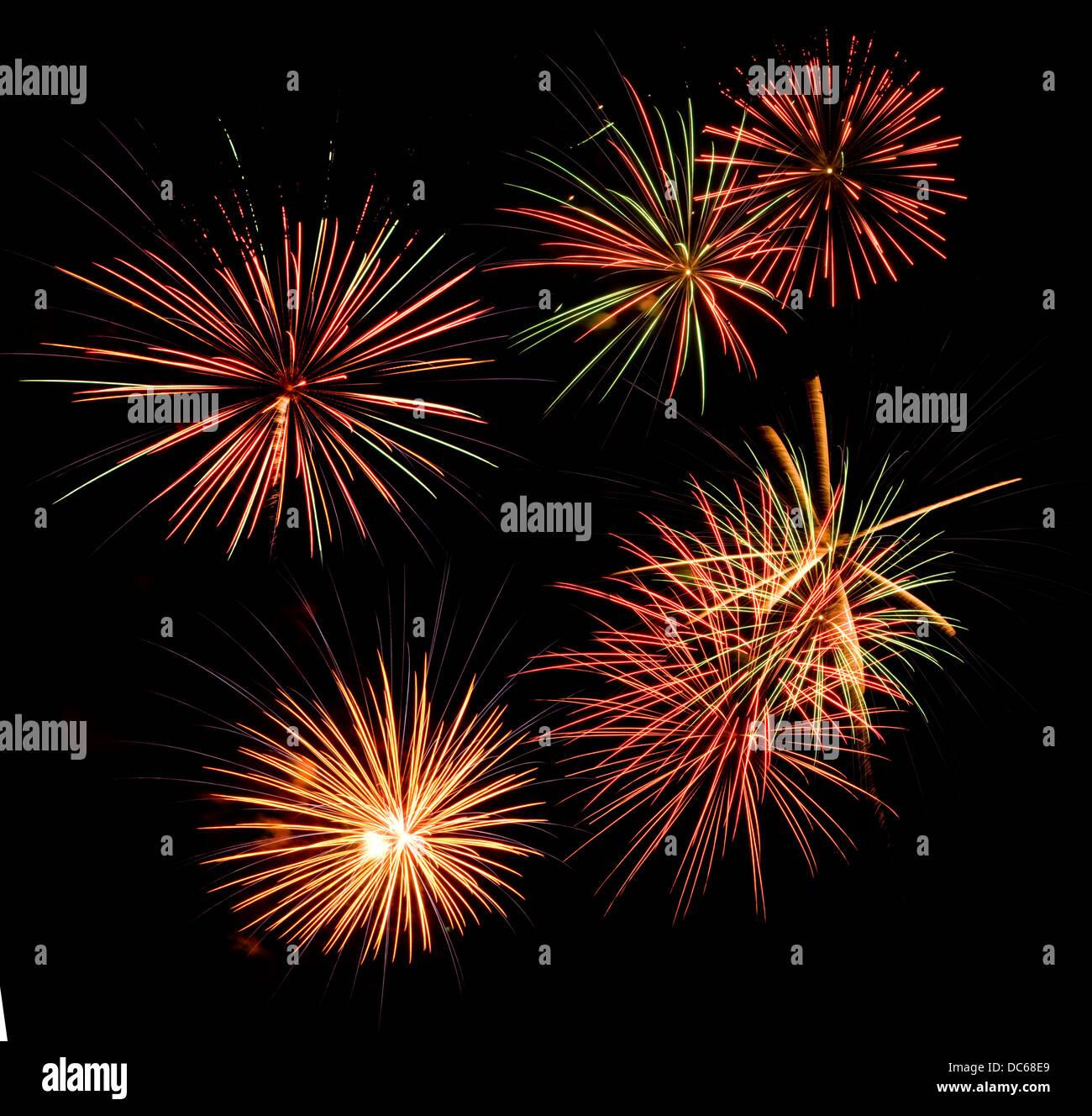Feuerwerk in einem schwarzen Nachthimmel Stockbild