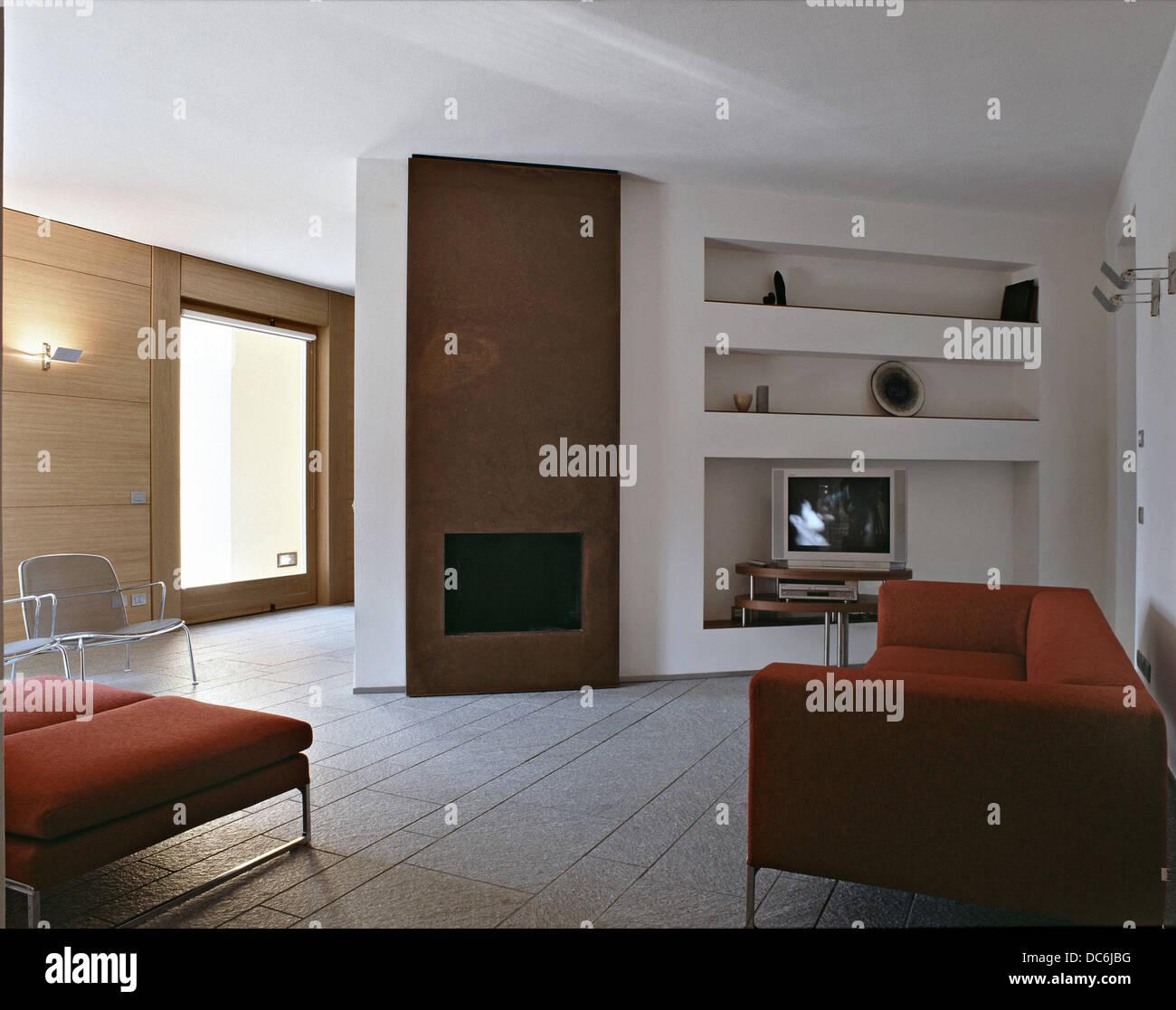 roter Stoff Sofa ordentlich zu Kamin in einem modernen Wohnzimmer ...