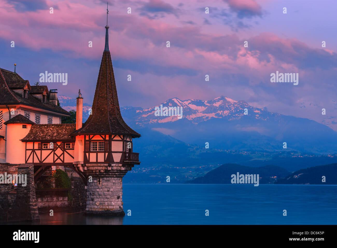 Das Schloss Oberhofen am Thunersee, Schweiz blicken. Stockbild