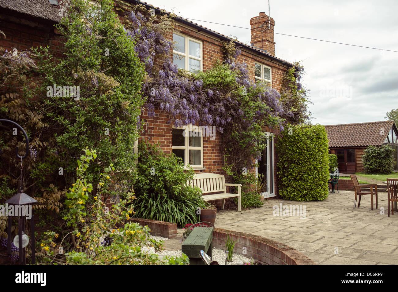 Englisch Red Brick traditionelles Haus und Terrasse ...