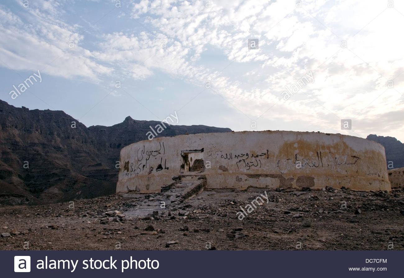 Verlassener und Graffitied Parsi Tower of Silence in den Hügeln oberhalb von Aden Stockbild