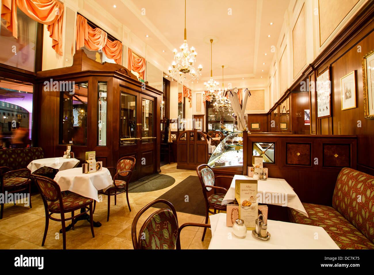 Mozart Kaffee Haus Interieur, Wien, Österreich Stockfoto, Bild ...