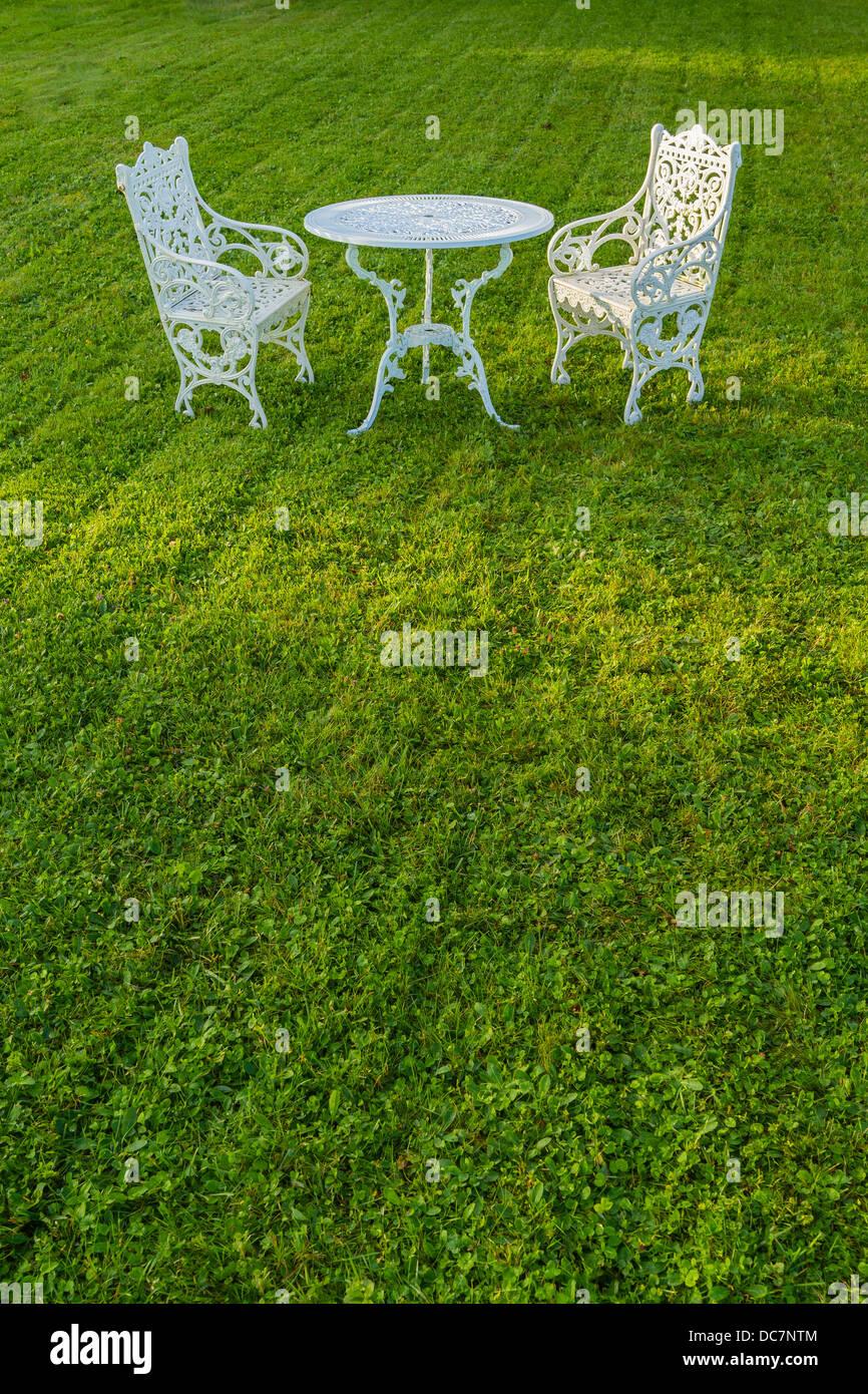 Zwei Weisse Eisen Gartenmobel Weissen Eisentisch Auf Gepflegten