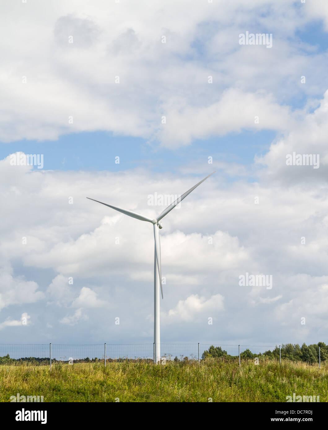 Dreiblatt-Windgenerator mit einer horizontalen Drehachse am Himmelshintergrund Stockbild