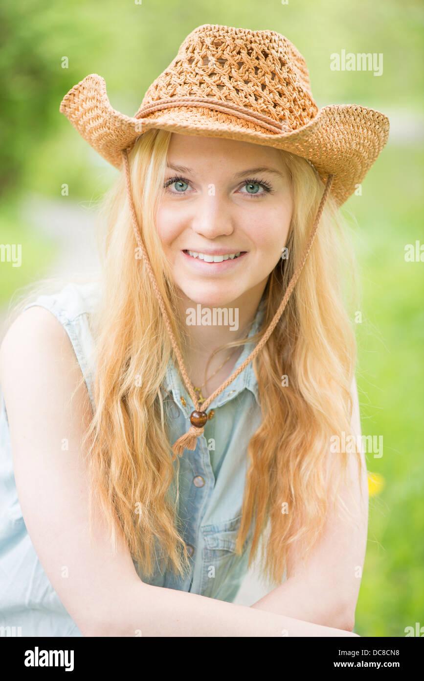 Reife Blonde reitet