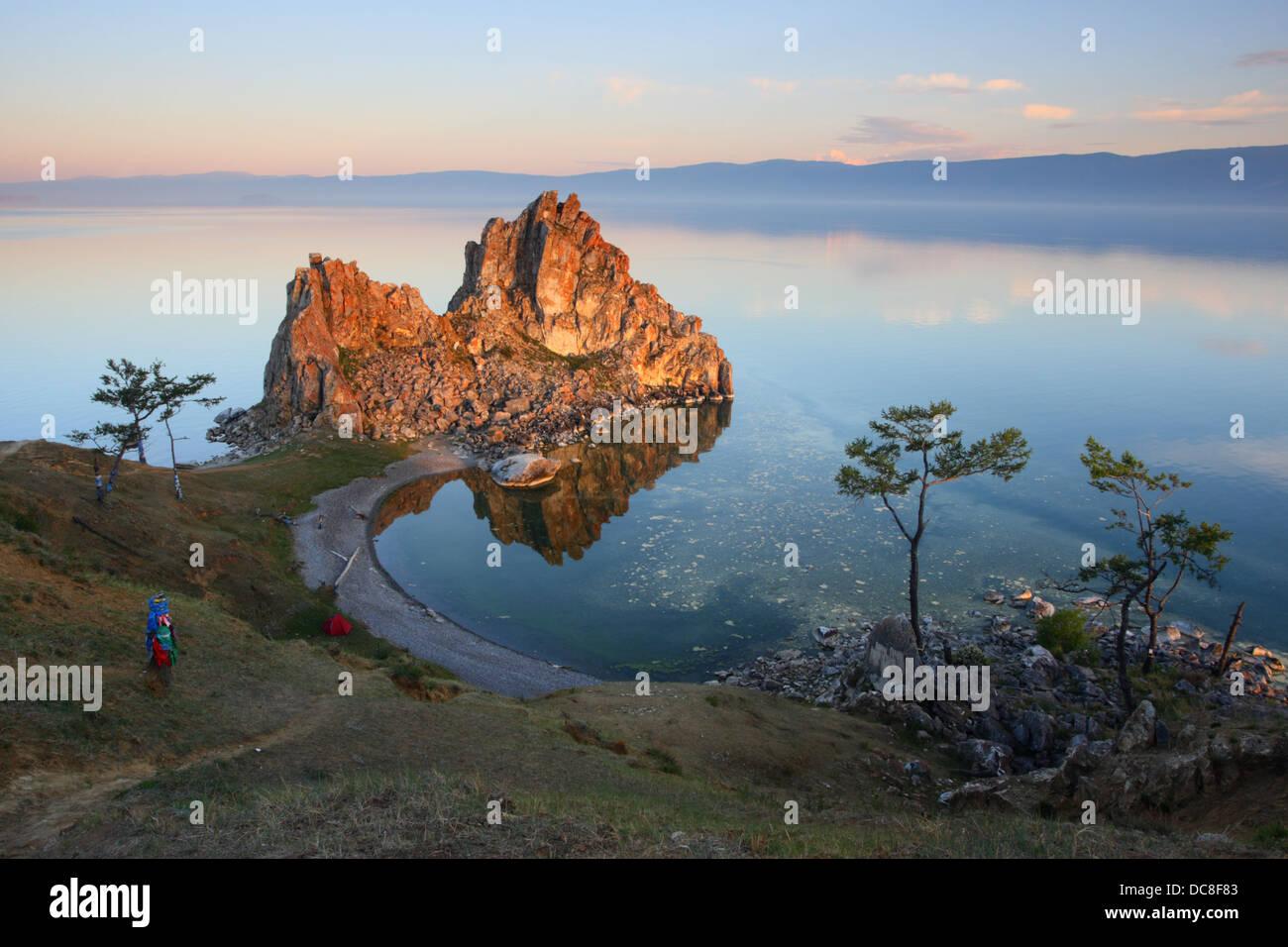 """Berg 'Schamanka"""", Kap Burchan, eines der neun heiligsten Orte in Asien auf Olchon am Baikalsee in Sibirien Stockbild"""