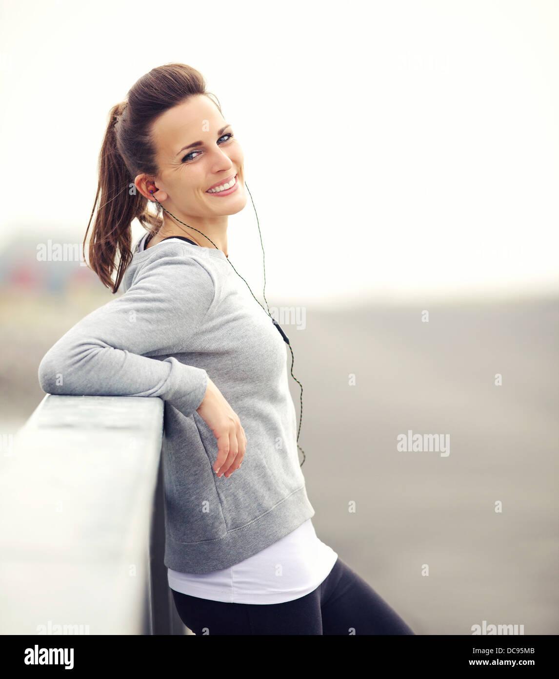 Lächelnde Frau, die ihren Durchbruch nach dem laufen Stockbild