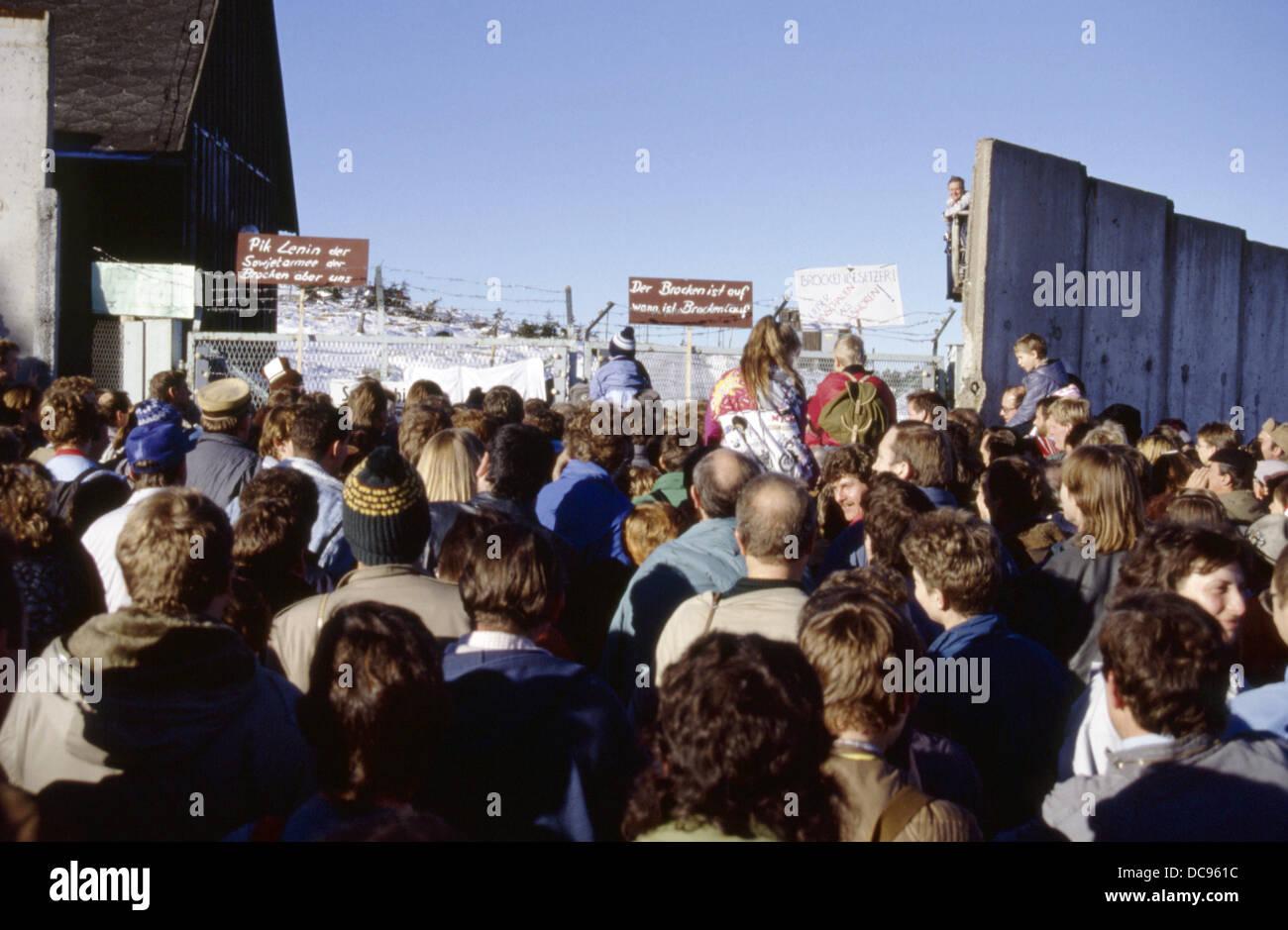 Am 3. Dezember 1989 stehen Hunderte von Demonstranten die Widerhaken ...