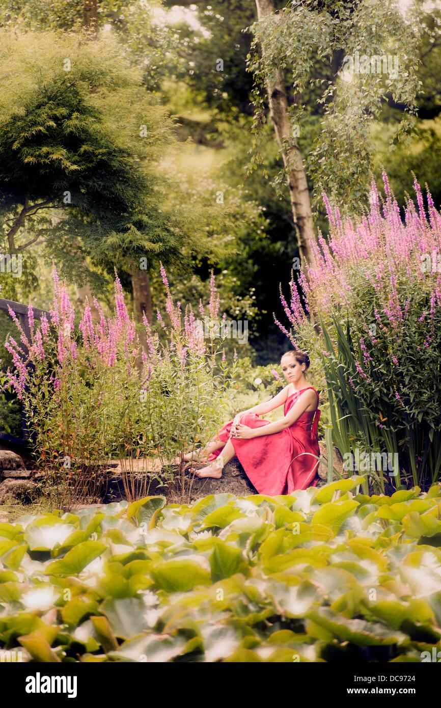 schone garten mit teich, schöne mädchen in einem garten mit teich und rosa blumen stockfoto, Design ideen