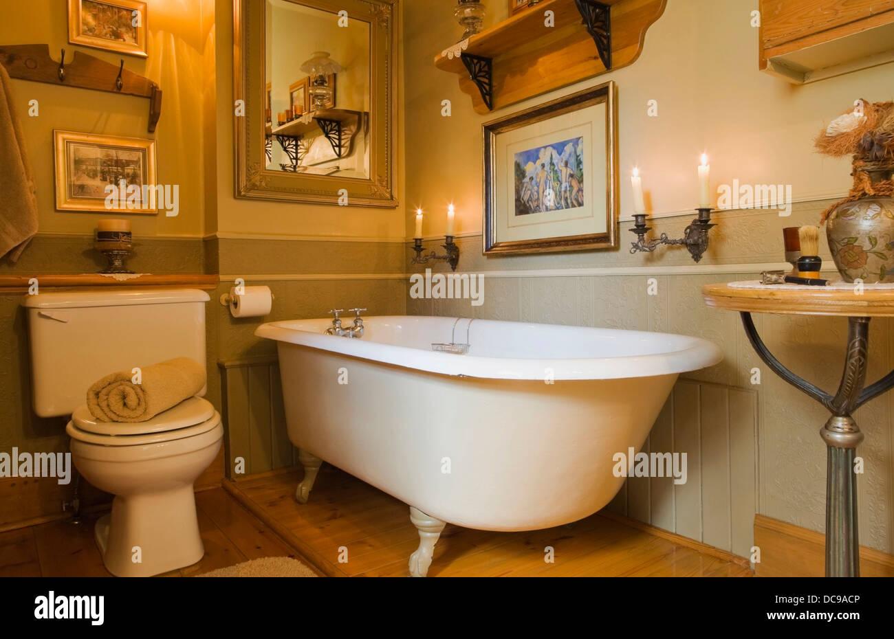 Rustikale Badezimmer in einem alten Wohnhaus Canadiana Stockfoto ...