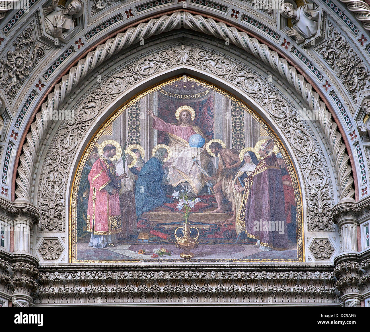 Das 19. Jahrhundert neugotischen Mosaik das zentrale Tympanon (über dem Haupttor) der Kathedrale Santa Maria Stockbild