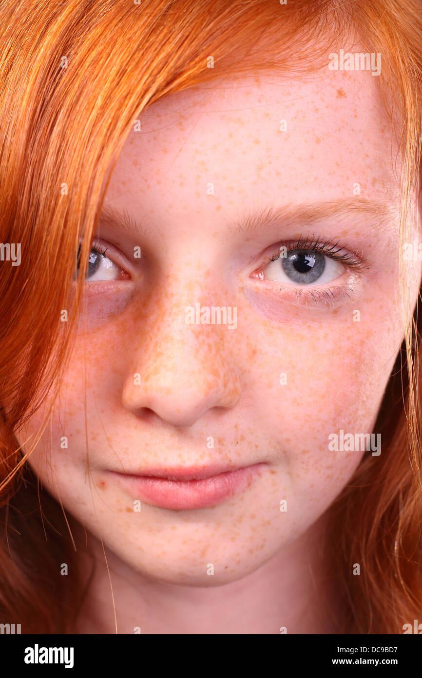 Porträt von einem rothaarigen Mädchen mit Sommersprossen hautnah und ...