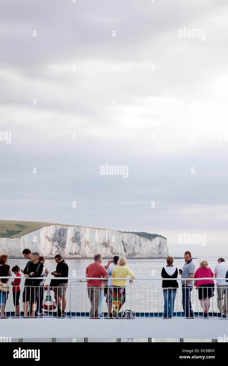 Cross Channel Auto Fähre Passagiere die weißen Klippen von Dover zu betrachten, wie sie in den Urlaub Stockbild