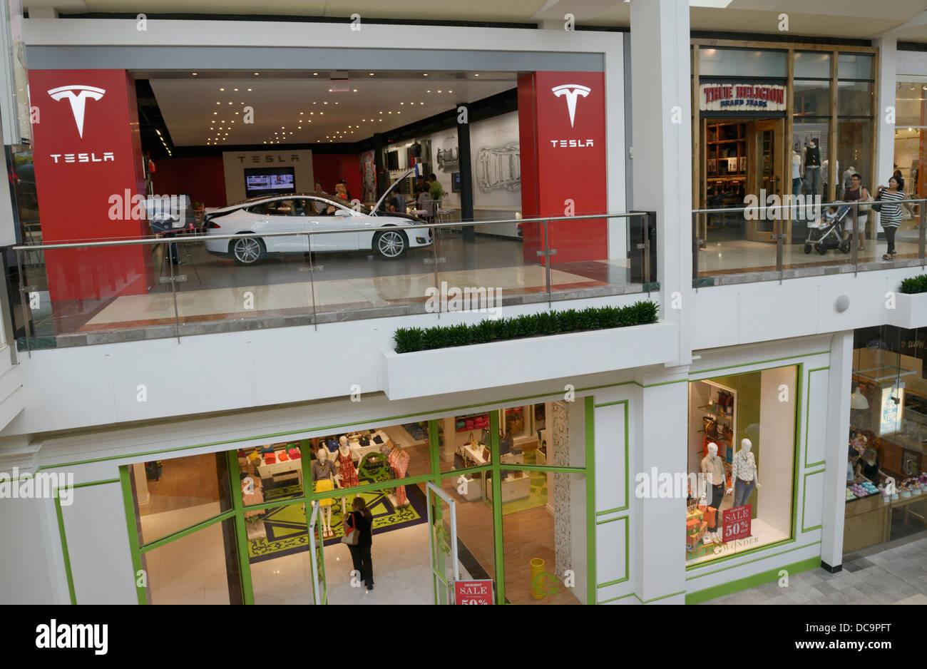 Tesla Elektro-Auto-Händler (Ladengeschäft) in eine Shopping-Mall, NJ, USA Stockbild
