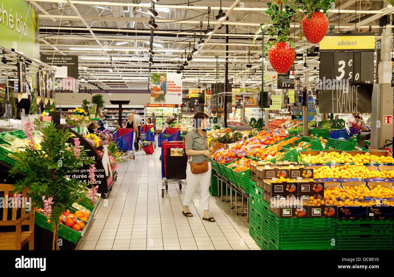 menschen beim einkaufen des innere des franz sischen carrefour supermarkt der dordogne. Black Bedroom Furniture Sets. Home Design Ideas