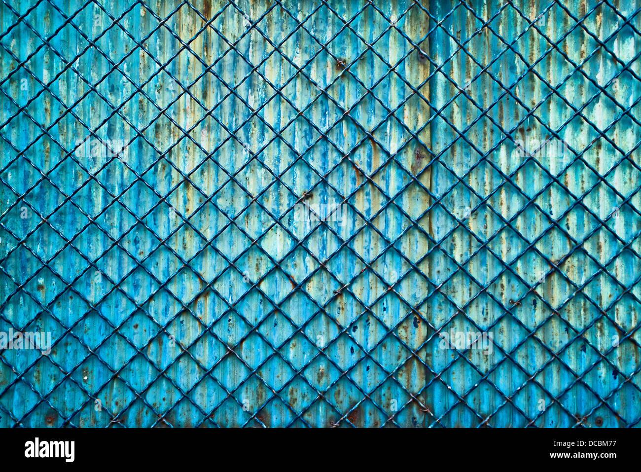 Metall-Gitter Zaun als alte Grunge Hintergrund Stockbild