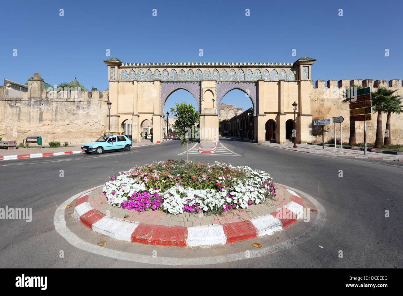 Kreisverkehr mit Blumen in Meknès, Marokko Stockbild