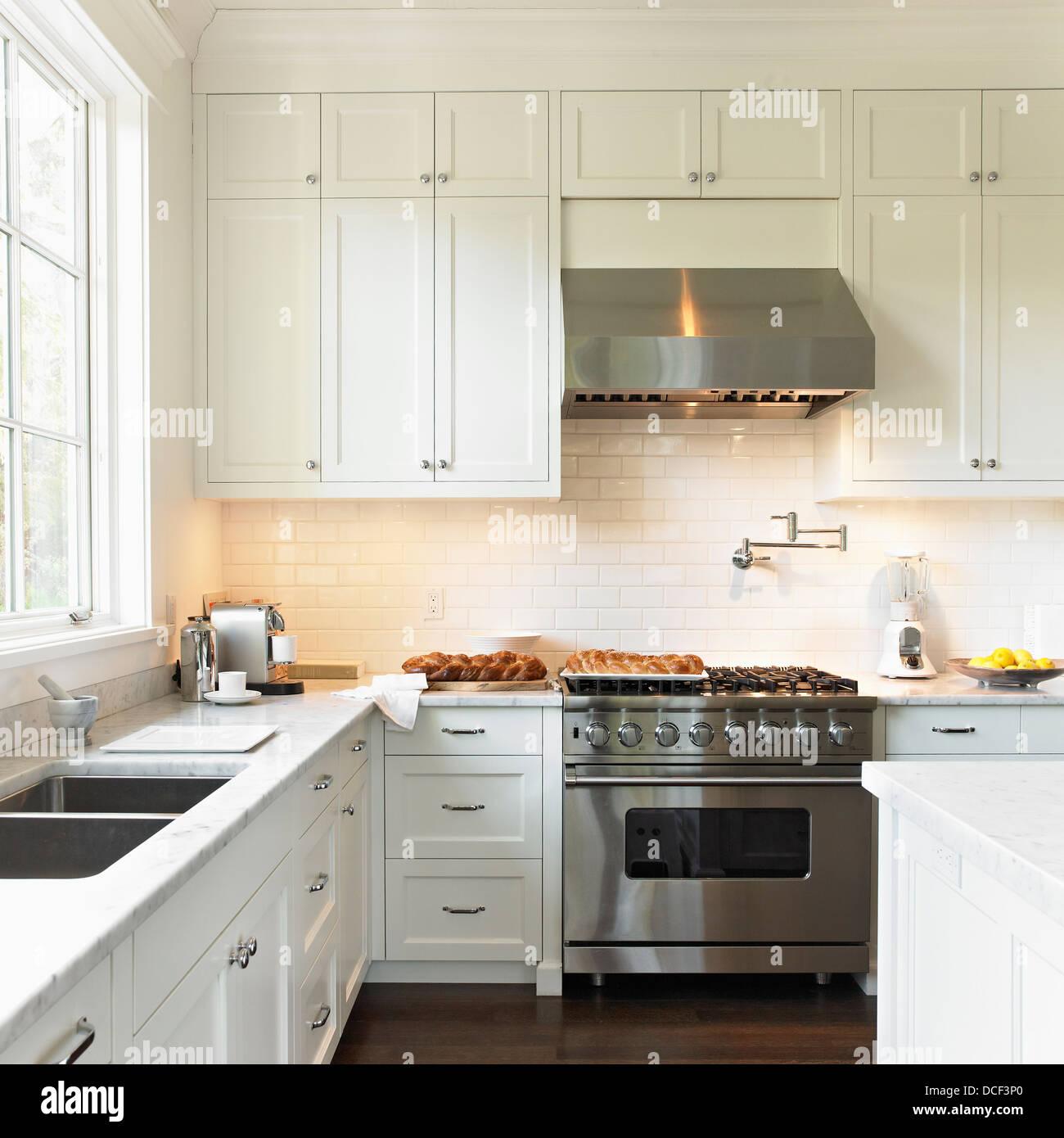 Cremefarbene Küche mit High-End-Viking Herd und Palette Kapuze ...
