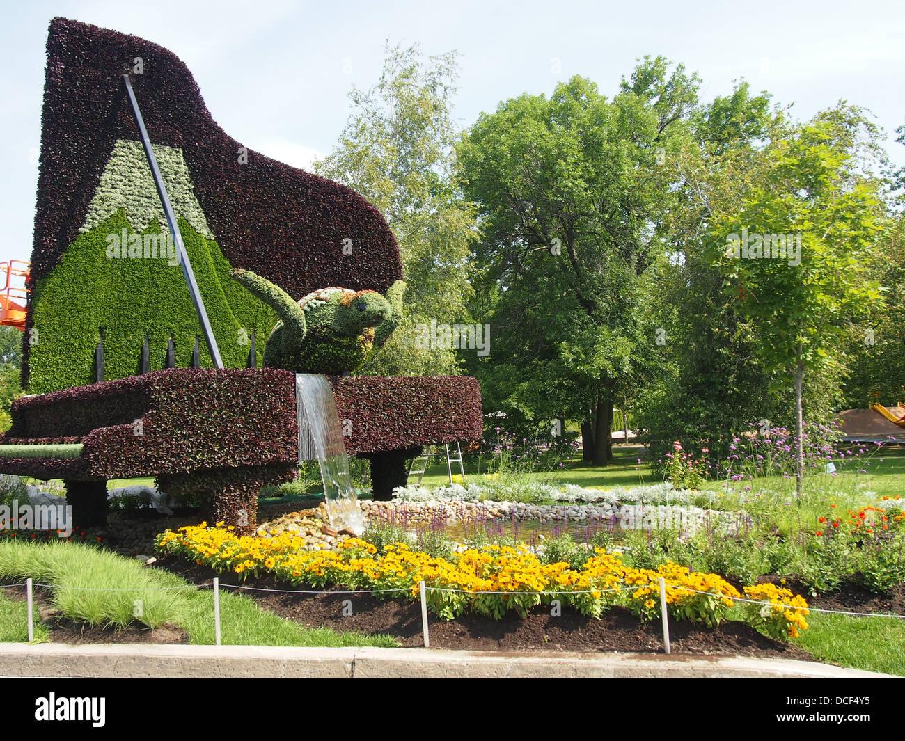 nachhaltige garten kunst skulpturen pflanzen, skulptur der meeresschildkröte und klavier zu pflanzen stockfoto, Design ideen