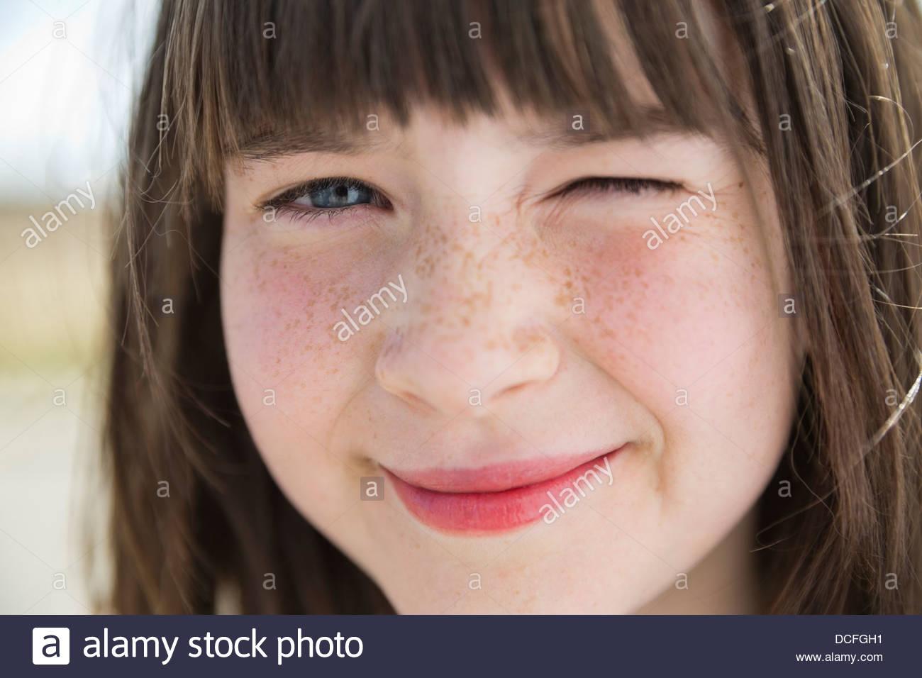 Nahaufnahme von kleinen Mädchen Zwinkern Stockbild