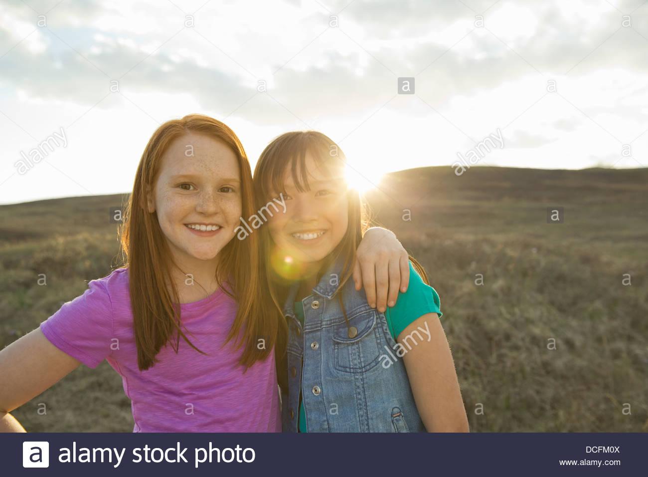 Porträt von Mädchen mit Arme umeinander Stockbild
