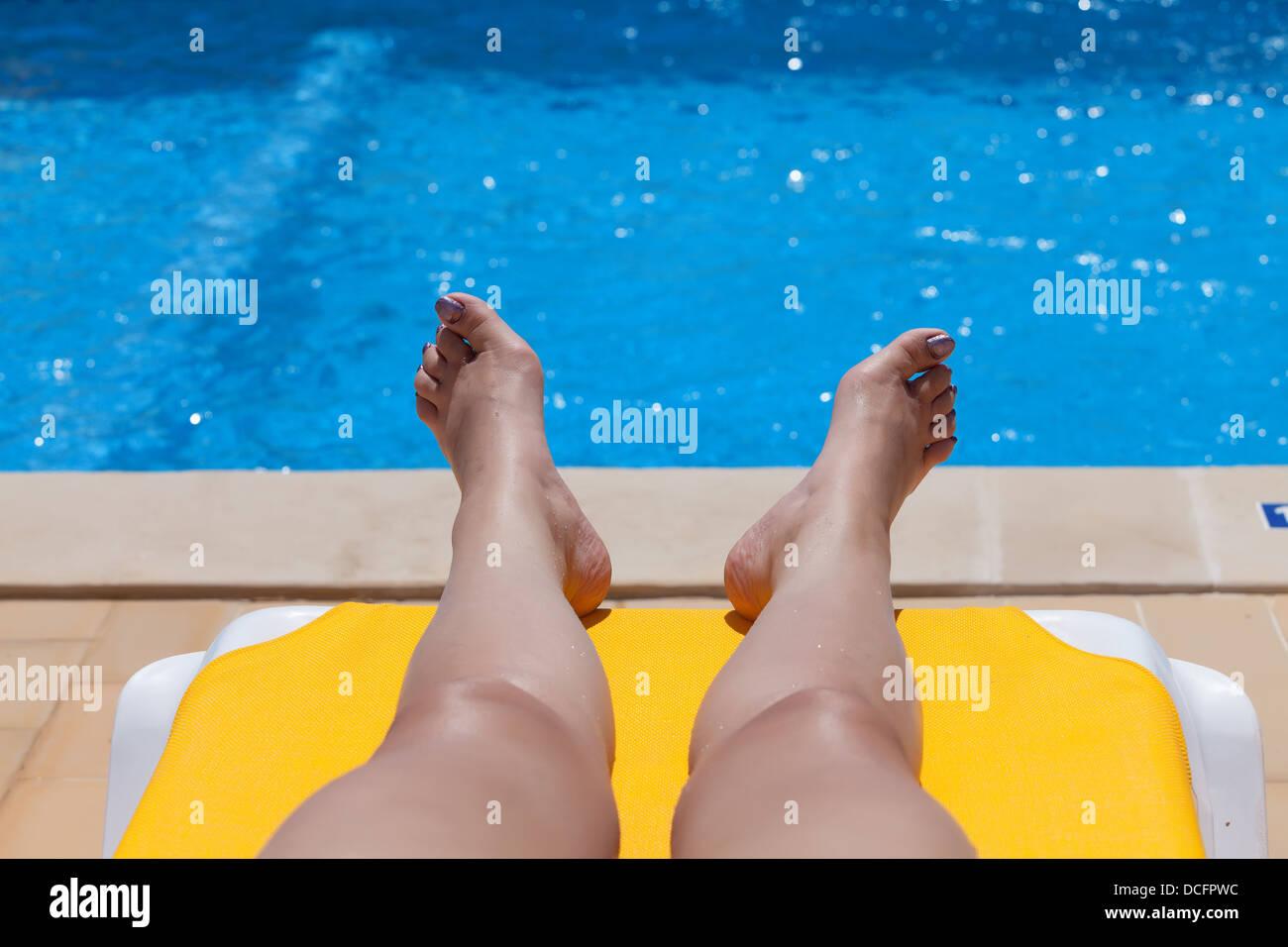 Nackte frau am pool