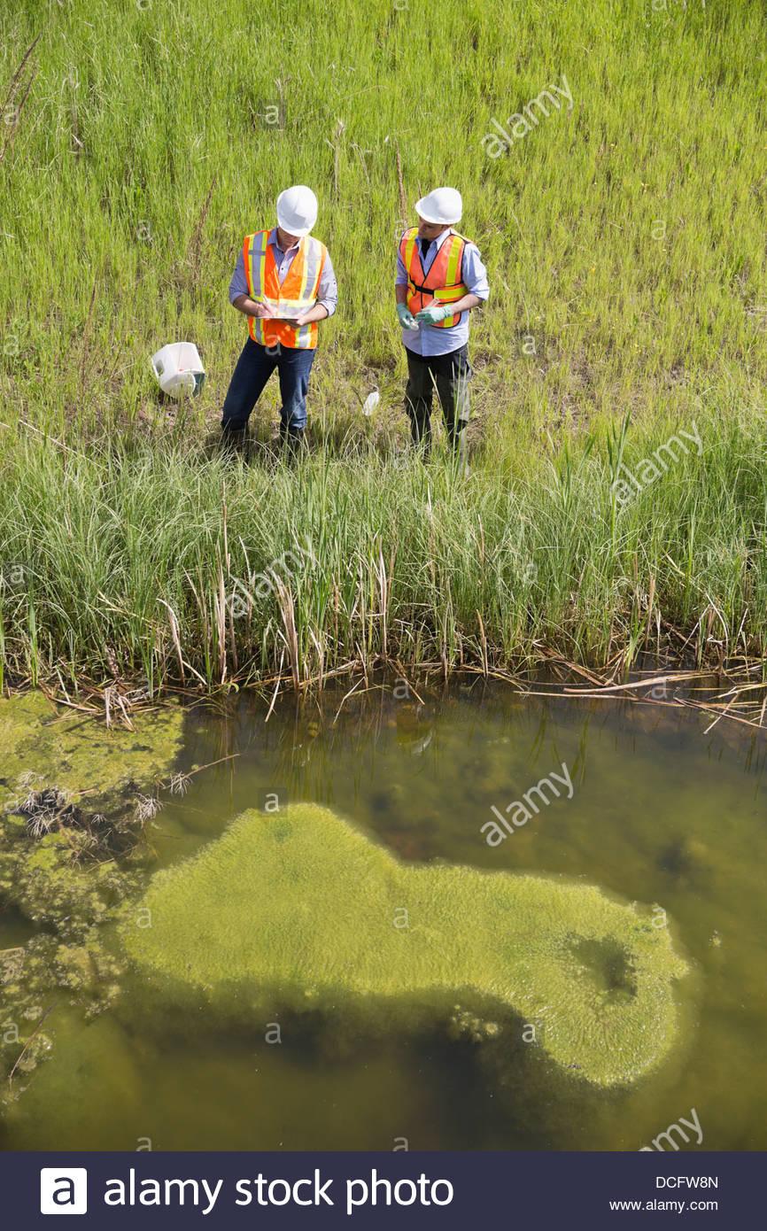 Erhöhte Ansicht der Ökologen arbeiten in der Nähe von Flussufer Stockbild