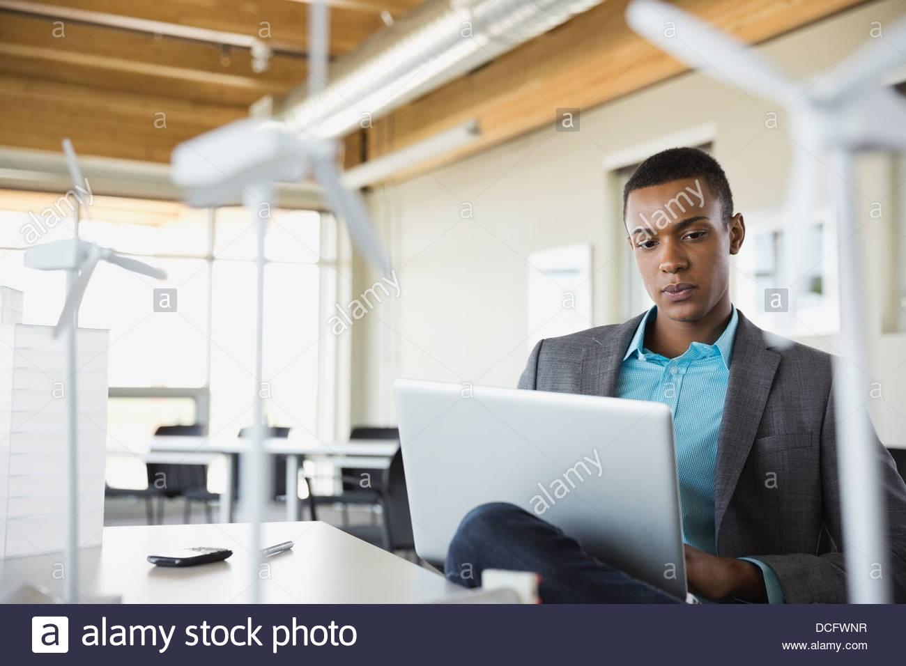 Nachhaltige Energie Ingenieur auf laptop Stockbild