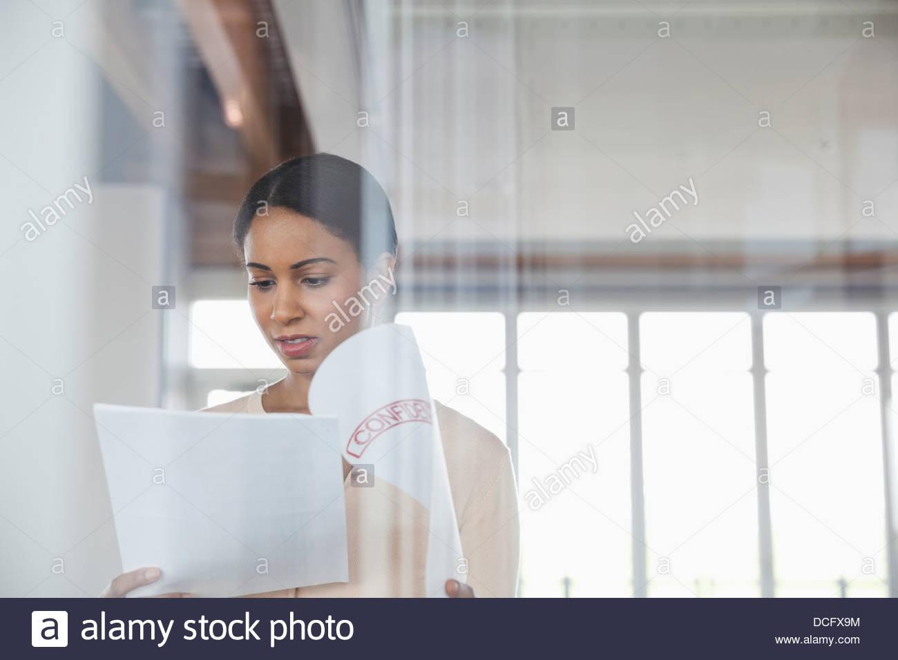 Geschäftsfrau, vertrauliche Dokumente in Office lesen Stockbild