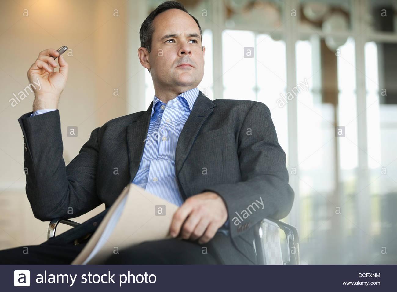 Nachdenklich Geschäftsmann im Stuhl sitzen Stockbild