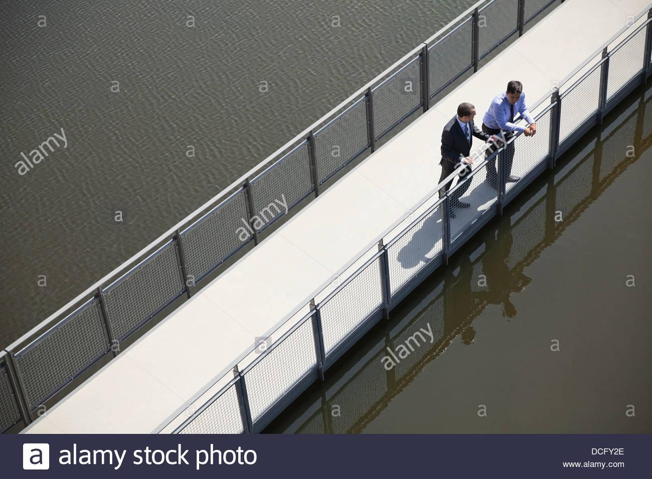 Geschäftsmann auf Brücke Stockbild