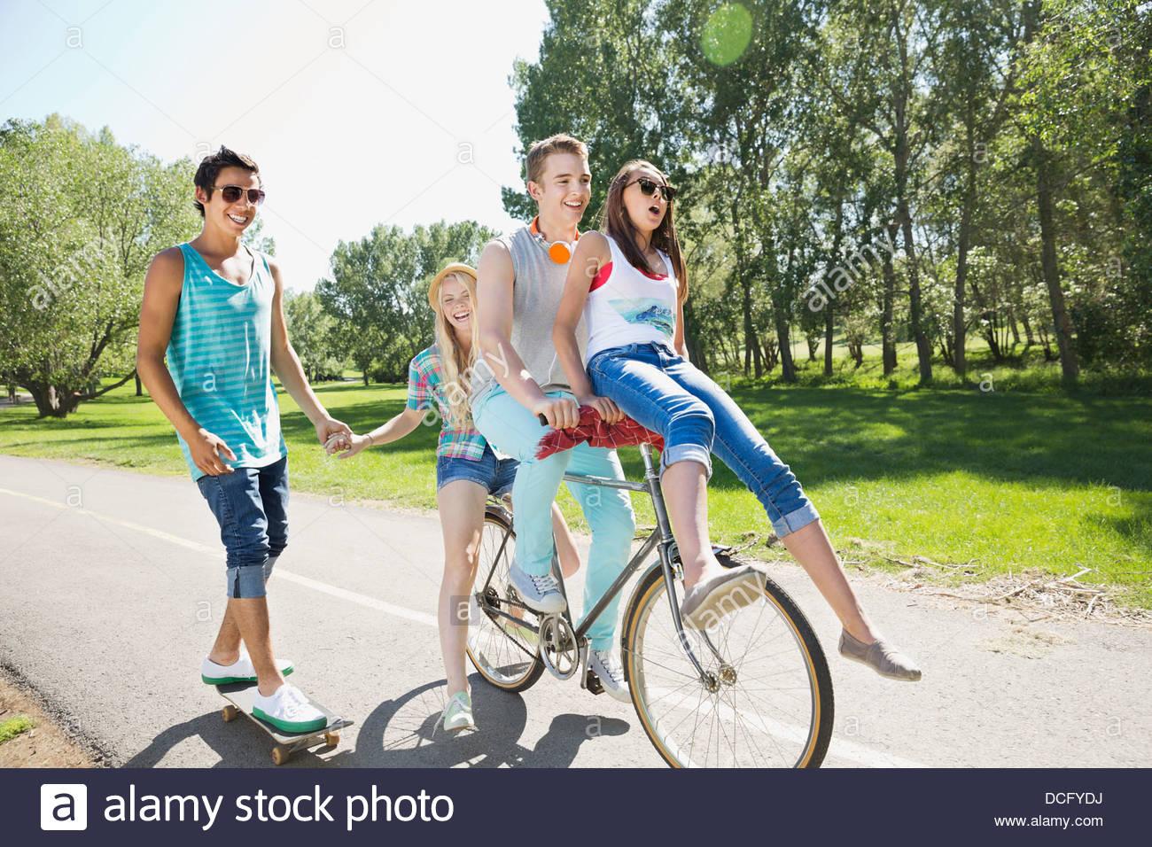 Jugendliche hängen in einem park Stockbild