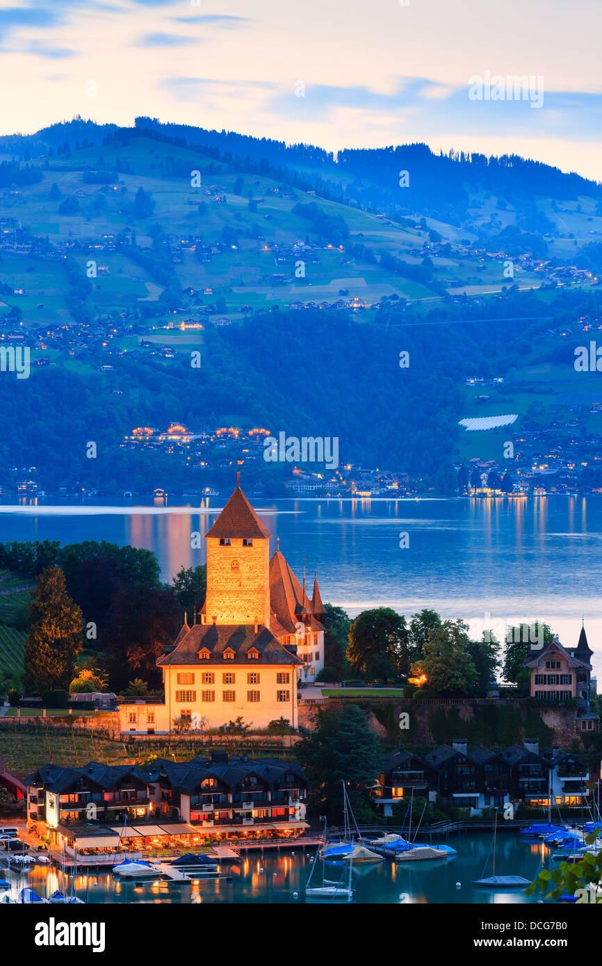 Das Schloss Spiez am Thunersee, Schweiz blicken. Stockbild