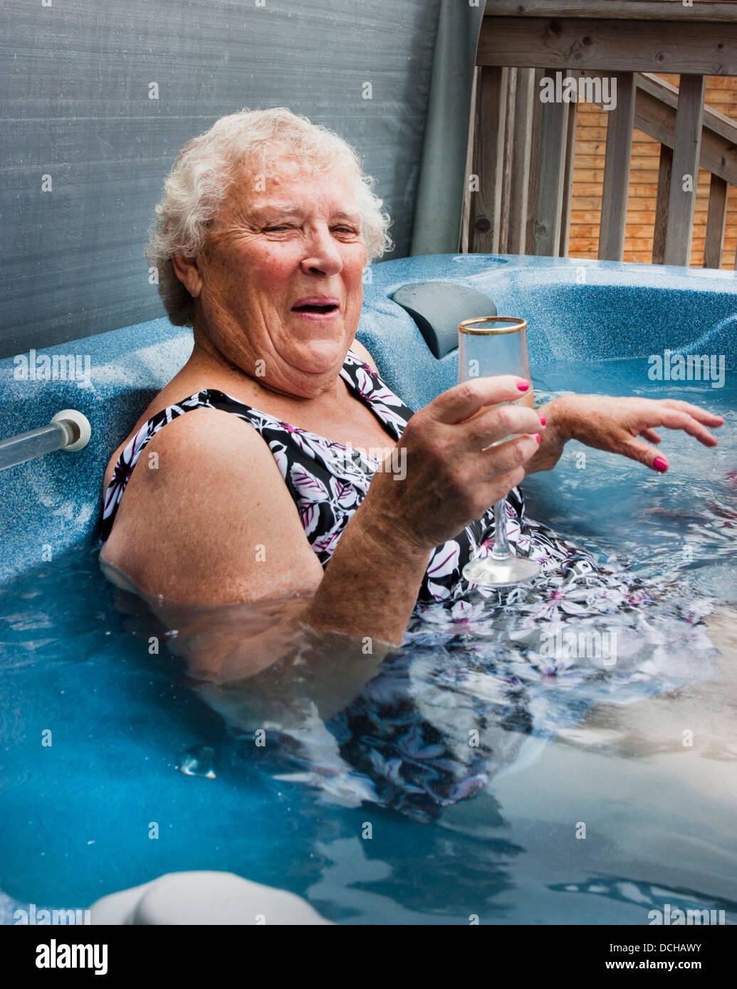 Frau Rentner älter als 70 im Whirlpool Stockbild
