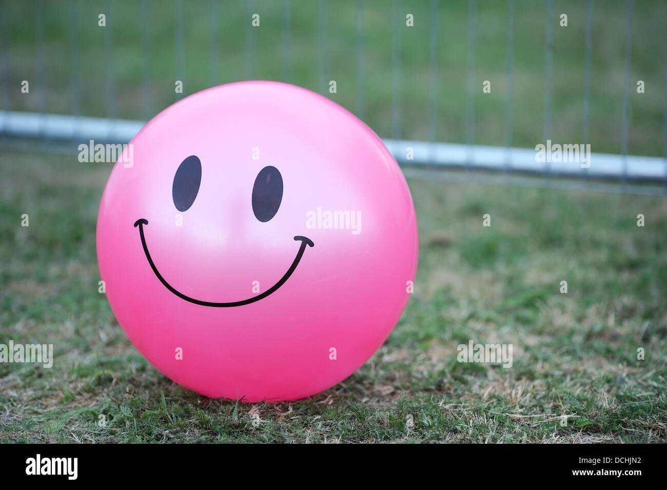 rosa matschig aufblasbaren ball mit smiley smiley aufgedruckt auf einige rasen verlegen. Black Bedroom Furniture Sets. Home Design Ideas