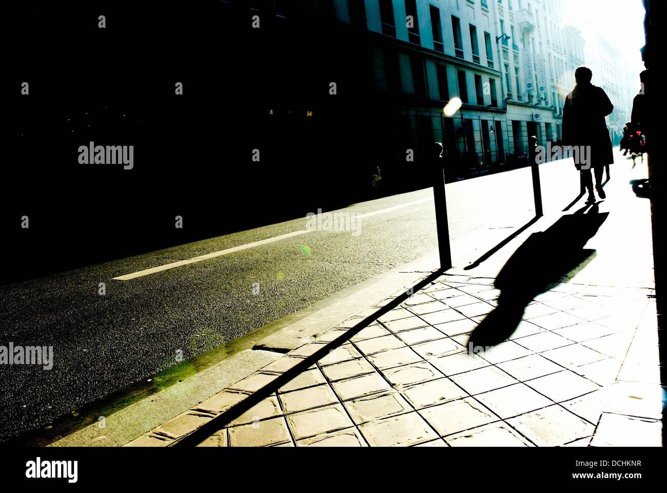 Silhouette und Schatten der Fußgänger auf Gehsteig, Paris, Frankreich Stockfoto