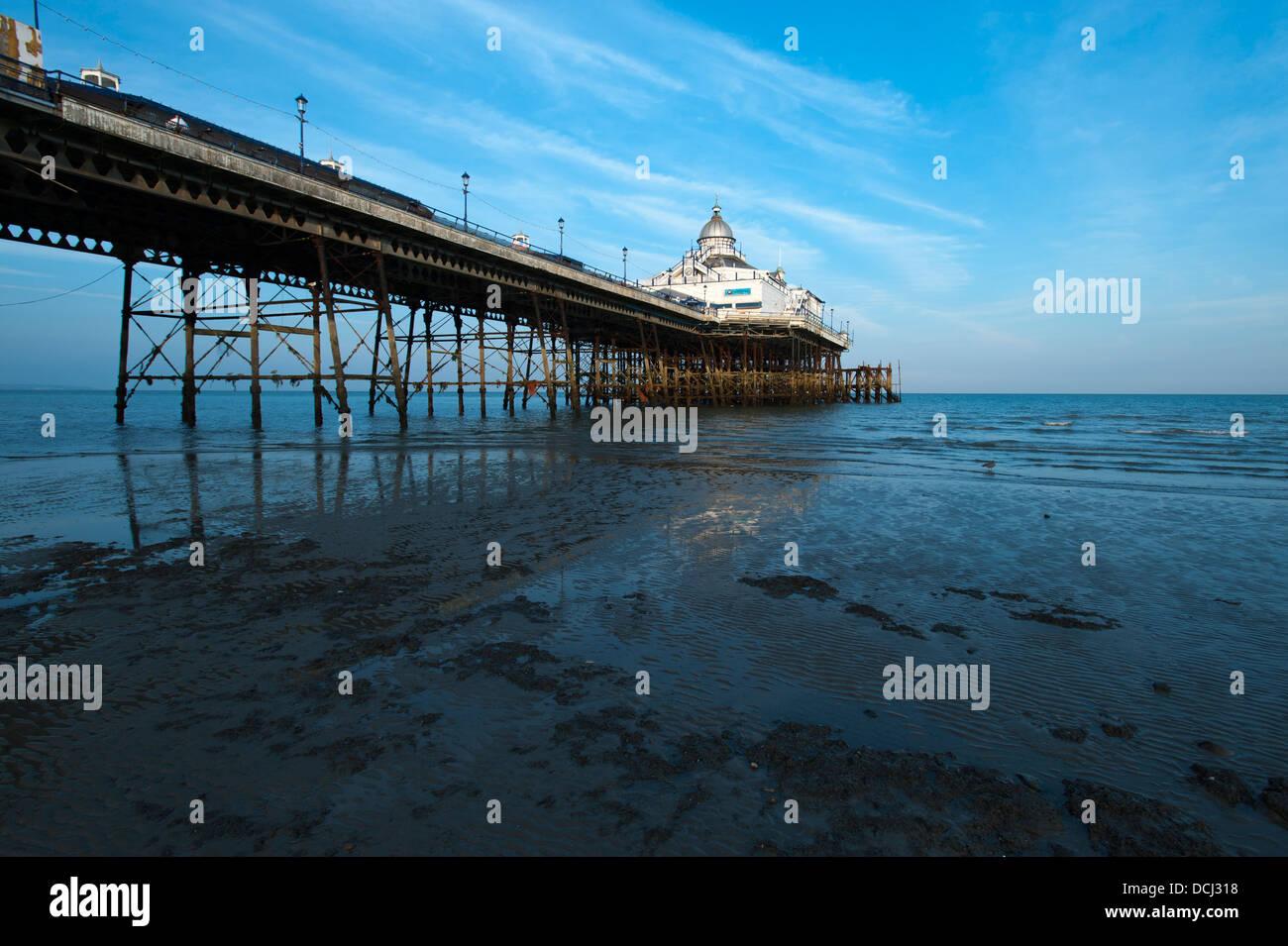 Eastbourne Pier bei Ebbe, in der südlichen Grafschaft East Sussex in England, UK. Stockbild