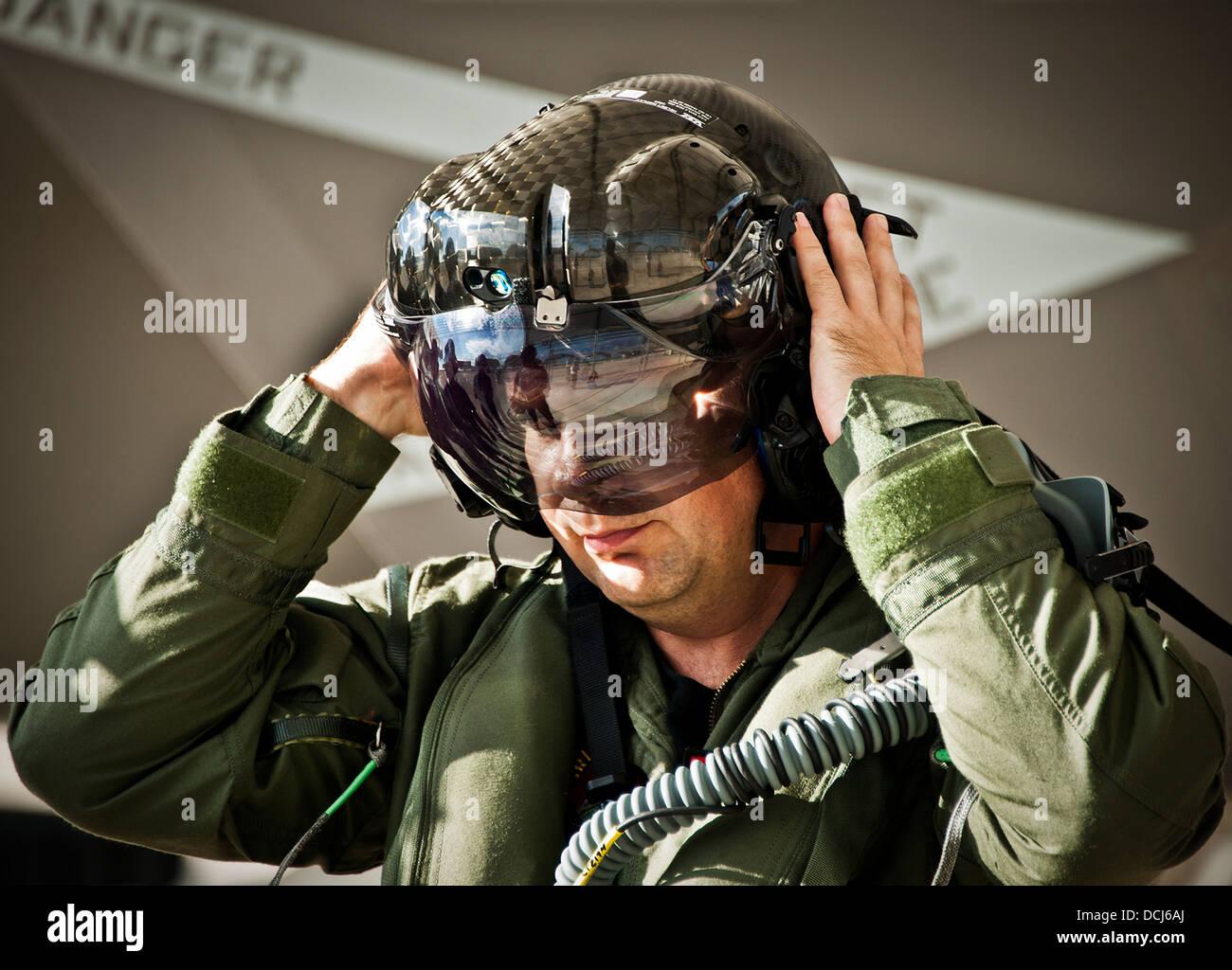 Lt. CDR Chris Tabert setzt den spezialisierten Helm vor der Pilotierung des Erstflug der F - 35C Lightning II auf Stockbild