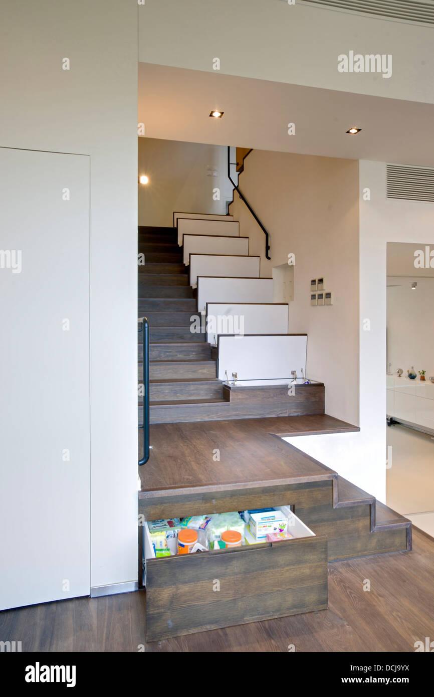 Verdeckte Aufbewahrung Im Treppenhaus Der Wohnung In Sha Tin