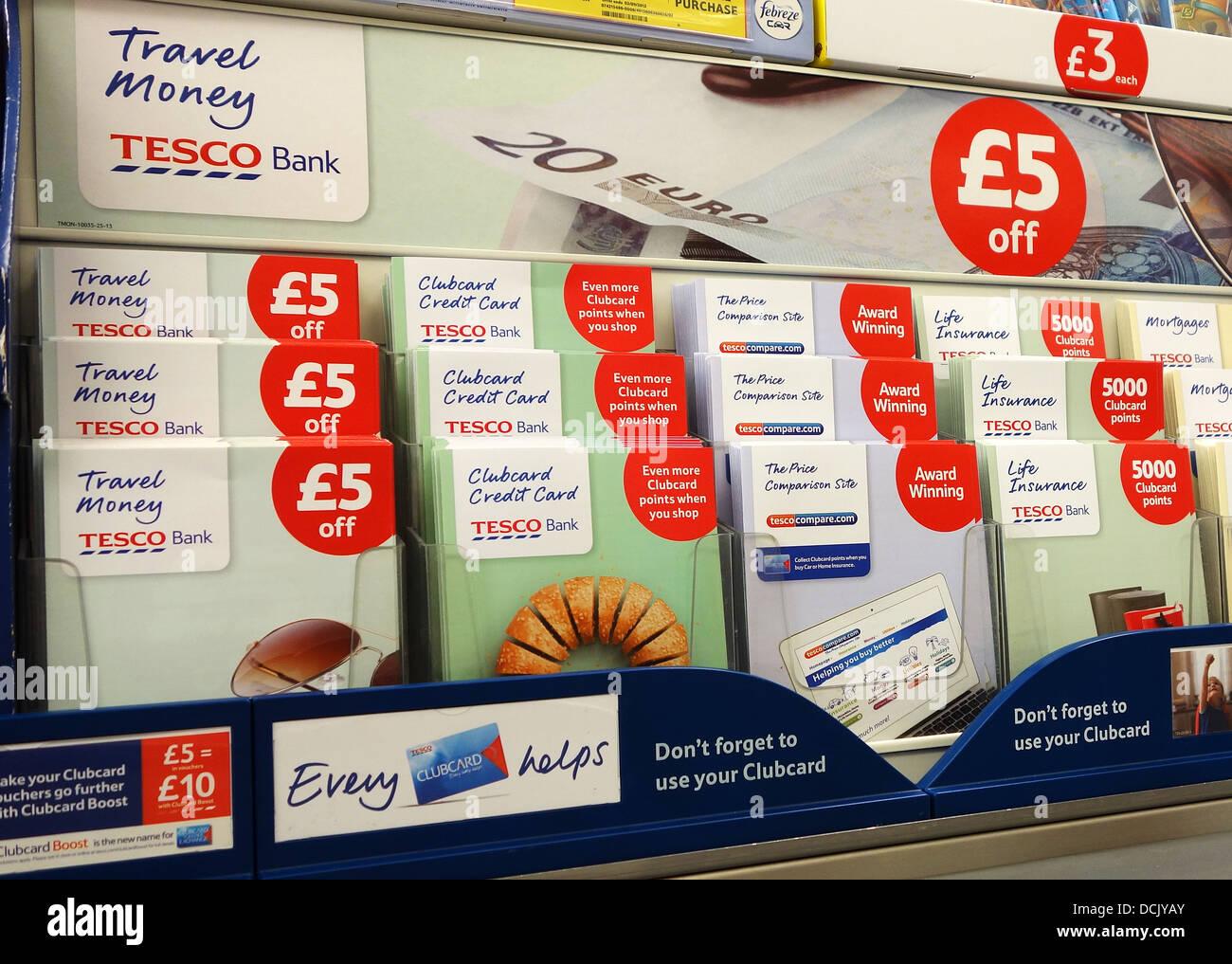 Tesco finanzielle Flugblätter an einer Shop-Kasse Stockbild