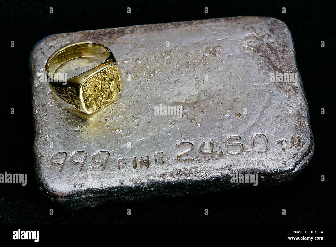 Großen Gold-Nugget-Ring und 24.60 Troy Unze Goldbarren Silberbarren (gegossene Barren) Stockbild